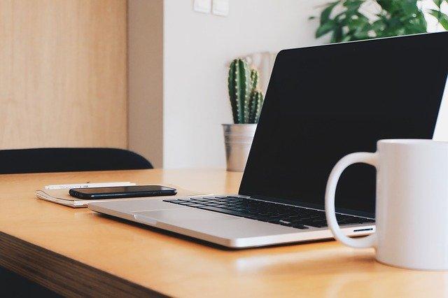 laptop praca zdalna home office
