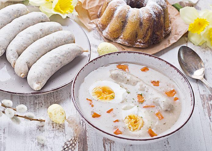 Domowa biała kiełbasa na Wielkanocnym stole
