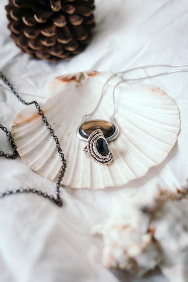Przykłady pięknej biżuterii antykwarycznej jako inwestycji